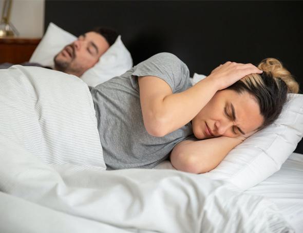 Oordoppen tegen snurken: goed of slecht idee?